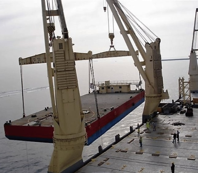 Crane lowering a 500-tonne barge for marine construction
